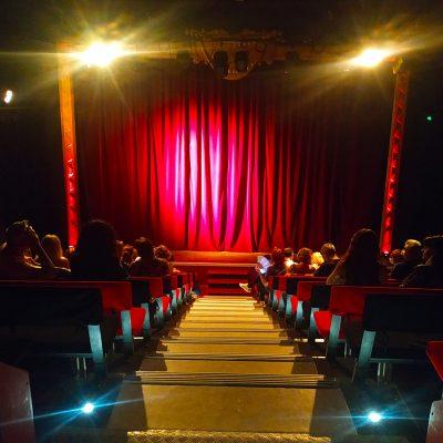 à la comédie du mas, retrouvez une salle de spectacle de 200 places alliant authenticité et modernité.